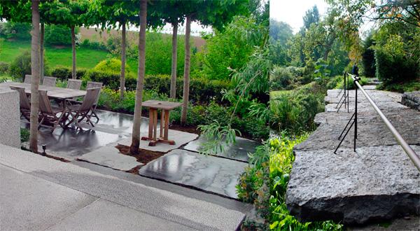 """Jean Delogne s'inspire des contrastes de textures pour allier une même pierre - ici la pierre bleue - dans des aspects très dissemblables : l'un très brut, l'autre taillé. À gauche, terrasse sous un mail de tilleuls : les tranches de blocs directement extraits de la carrière sont laissées telles ou retaillées suivant que l'on se trouve à l'emplacement de la table ou plus en périphérie. Les irrégularités des blocs permettent de planter certains arbres. À droite, un pont très naturel en """"croûte"""" de pierre bleue associé à l'élégance d'un garde-corps très simple en fer forgé."""