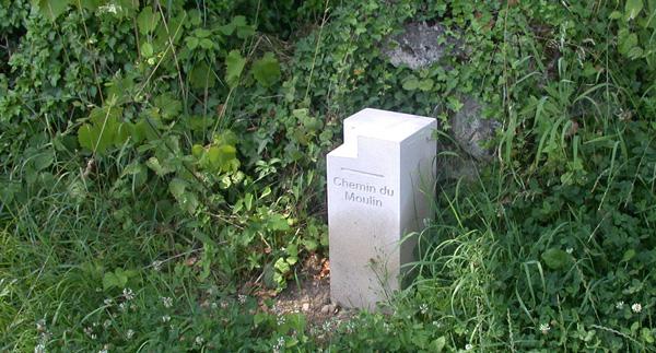Chaque borne, oeuvre de  Jean Paul Hattemer, sculpteur à Imbsheim, se lit clairement dans le site.