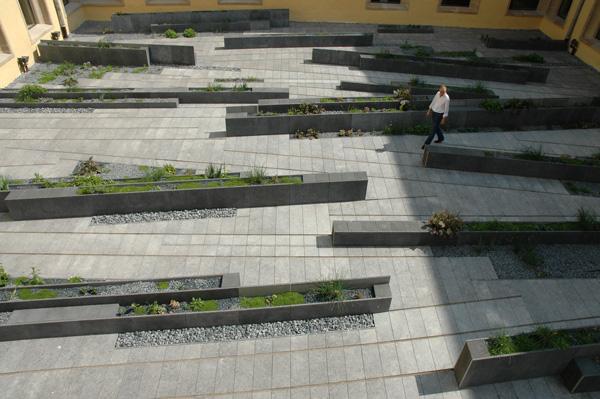 Le jardin du cloître de Neumünster tel que voulu par la paysagiste Agnès Daval. Les parties en galets permettent le drainage naturel de l'ensemble. (©Philippe Lepeut)