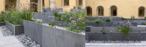 Détails des banquettes-herbier réalisées en pierre bleue de Belgique ®