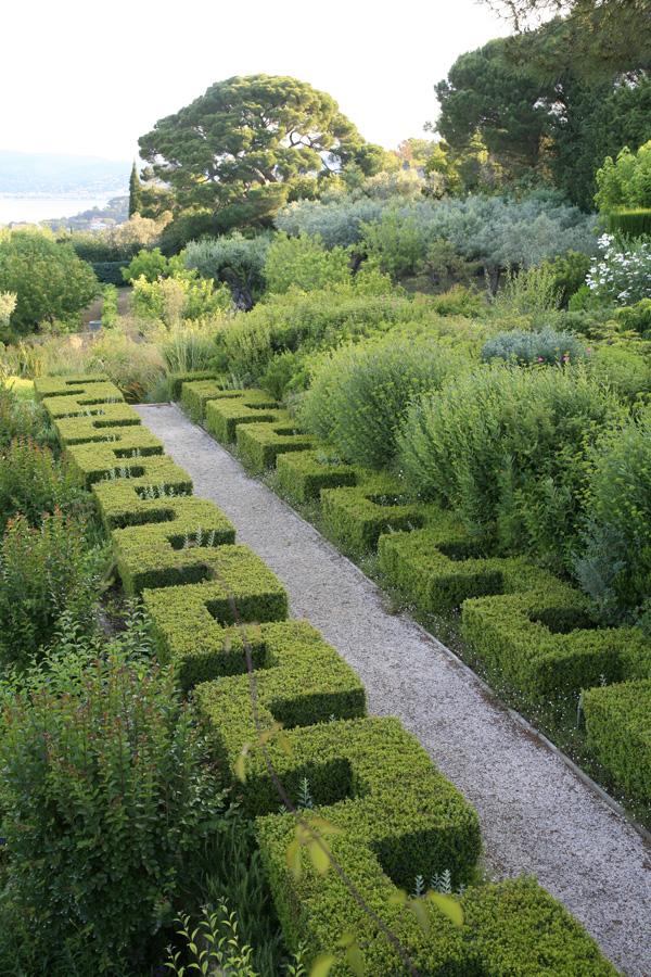 Avec des plantes de la garrigue et du maquis peut naître un jardin très contemporain. Conception : Louis Benech