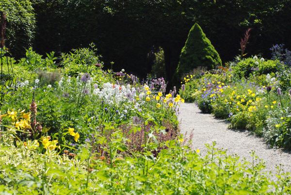 Dans les jardins de Mount Usher, le mélange plantes indigènes et exotiques s'inspire directement du Wild garden.