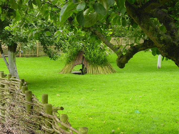 L'utilisation de variétés locales de fruitiers et d'arbustes indigènes - ici le noisetier et le saule - tiennent aussi une place importante dans le jardin naturel. jardins de Mai-zicourt (France, Somme)