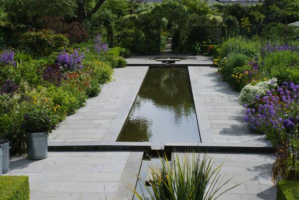 Comme une sculpture autour delaquelle s'organise tout le jardin d'Helen Dillon, le canal d'eau ajoute à son graphisme le léger bruissement de l'eau en cascade.