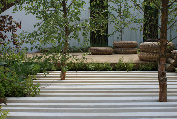 L'intégration d'éléments graphiques spectaculaires où l'ombre sait jouer magnifiquement avec la lumière  compose un jardin reposant et calme. Concept : Niall Maxwell.
